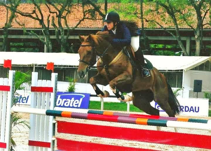 Maria Cecilia Bueno riding a horse